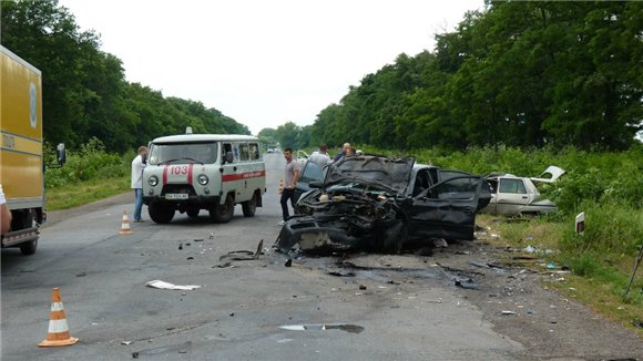 Авто СБУшників зіткнулося з легковиком, є загиблі: з'явилися фото і відео (1)