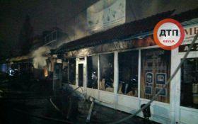 Мощный пожар вспыхнул на одном из рынков Киева: появились фото