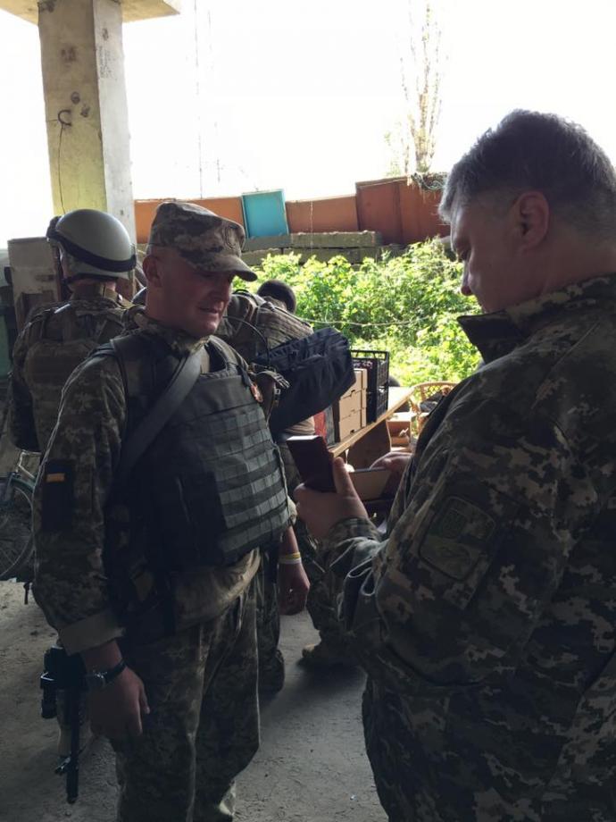 У Порошенко розкрили деталі його поїздки на Донбас і показали нові фото (1)