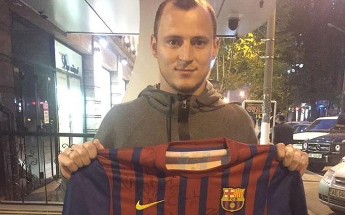 """Патріот Зозуля продає унікальну футболку """"Барселони"""", щоб допомогти дітям АТО: опубліковано фото"""