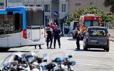 В Марселе автомобиль врезался в автобусные остановки: есть погибший