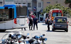 В Марселі автомобіль врізався в автобусні зупинки: є загиблий