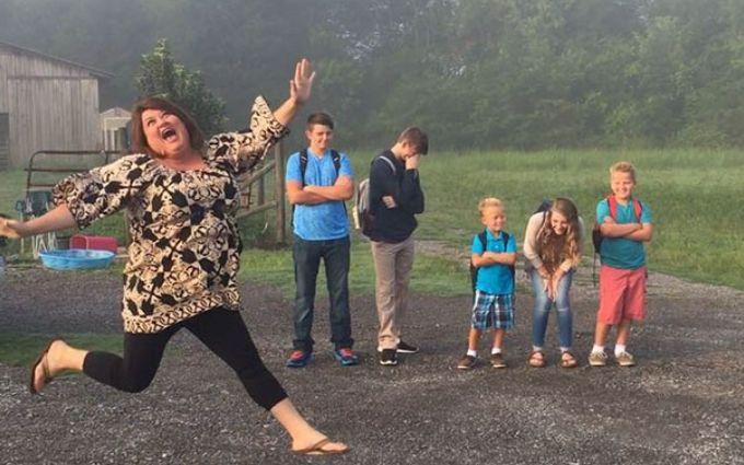Как родители по всему миру празднуют возвращение детей в школу: веселые фото