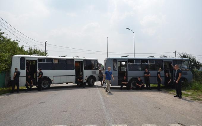 Хресна хода заблокована в селі під Києвом: з'явилися фото (1)