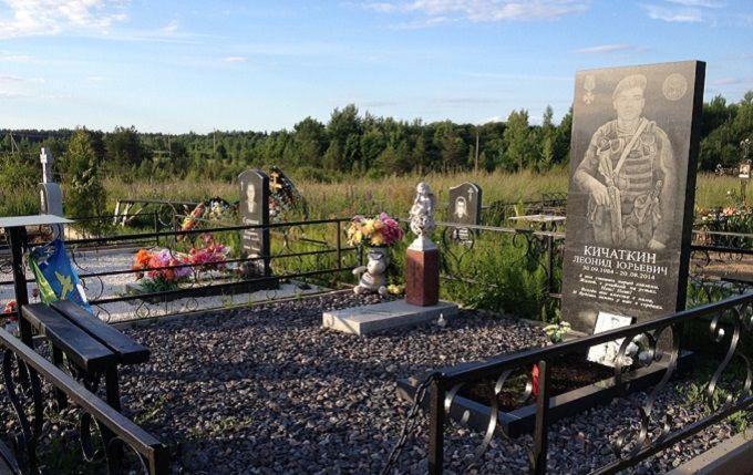 """""""Они там были"""": СМИ показали фото памятников военных РФ, которые погибли на Донбассе"""