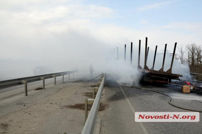 В масштабном ДТП под Николаевом пылали фуры: появились фото и видео (1)