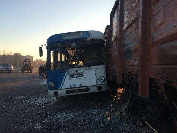 В Одеській області сталося зіткнення пасажирського автобуса з поїздом