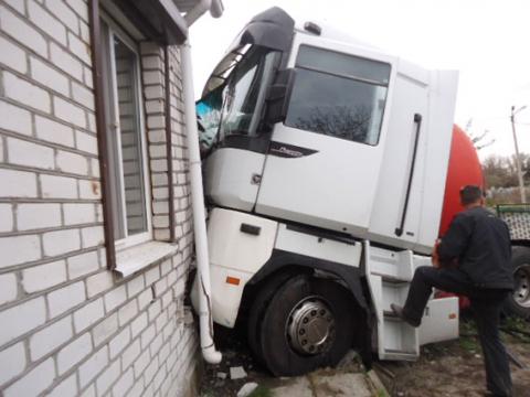 Вантажівка з цистерною в'їхав у житловий будинок в Кременчуці (5 фото) (2)