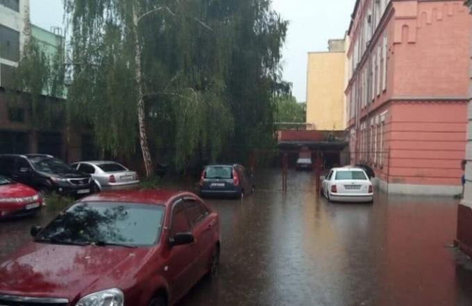 В центре Киева затопило суд - появились шокирующие фото (1)