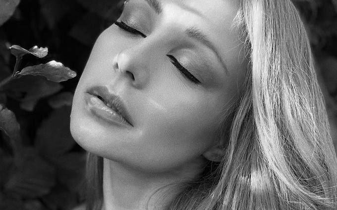 Жаркая красотка: Тина Кароль заворожила новыми откровенными фото