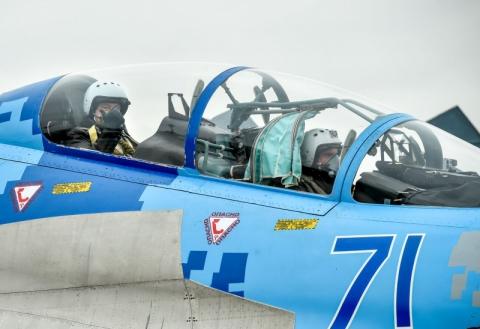 Порошенко передав пілотам ВПС два модернізовані літаки Су-27 (2 фото) (1)