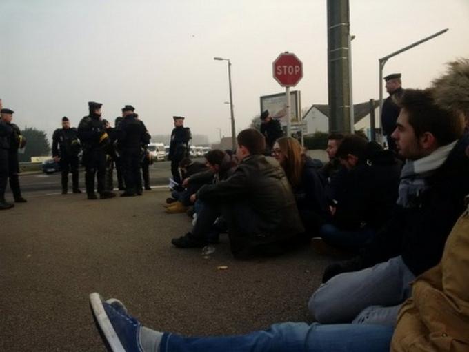 Французские националисты на митинге против мигрантов палят шины: появились видео и фото (2)