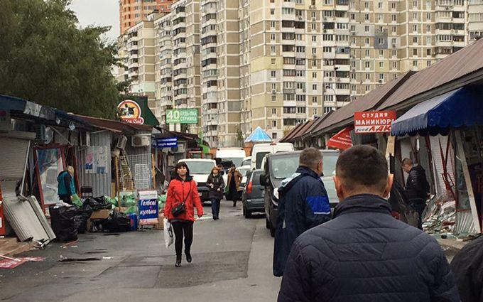 У Києві біля метро влаштували погром МАФів: з'явилися фото
