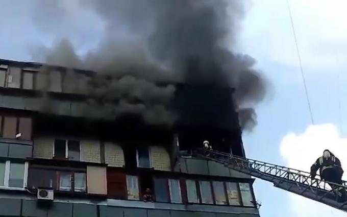 У Києві спалахнула дев'ятиповерхівка, є загиблі: з'явилися відео
