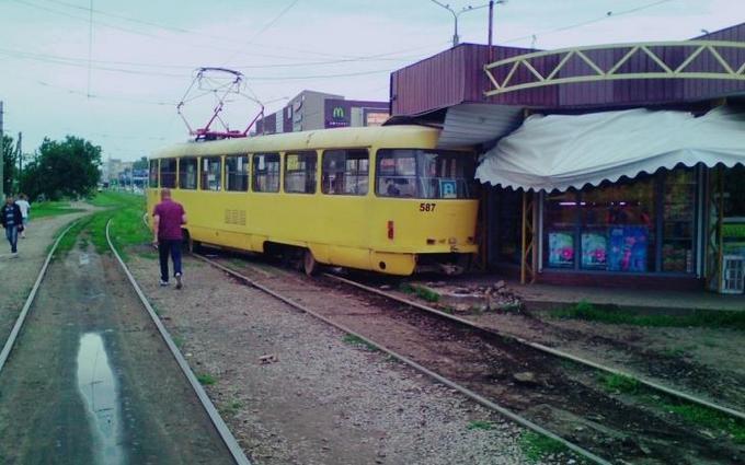 В Харькове трамвай протаранил киоск: опубликованы фото