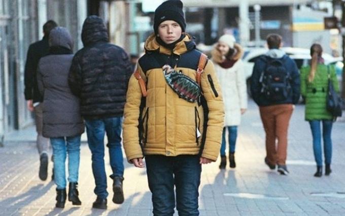 Киевляне разоблачили юного продавца открыток у метро Льва Толстого
