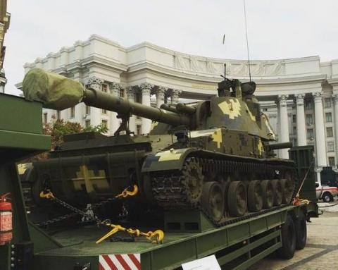На Михайлівській площі у Києві відкрилась виставка сучасних озброєнь (12 фото) (7)