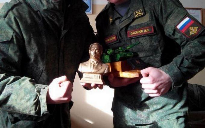 Російських солдатів, які воювали на Донбасі, нагородили бюстом Путіна: з'явилося фото