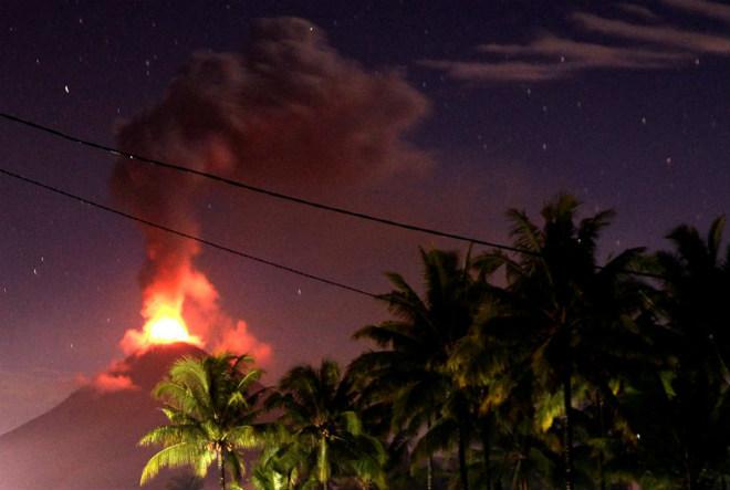 В Индонезии повышен уровень опасности вулкана Сопутан