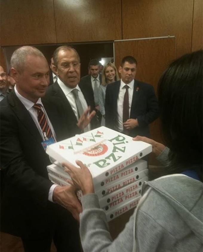 У мережі висміяли міністра Путіна з піцою і горілкою: опубліковані фото (2)