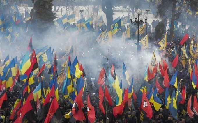 Под Радой зажгли фаеры и дымовые шашки: опубликованы фото и видео