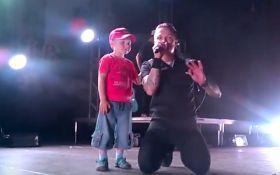 Лидер О.Torvald во время концерта в Бердичеве помог маленькому мальчику найти родителей