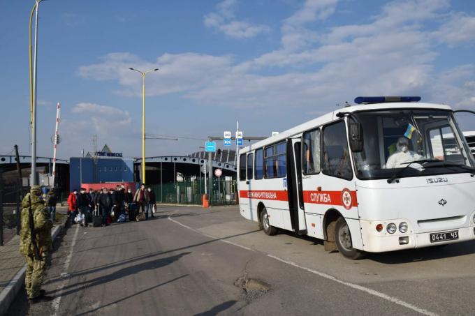 Украинцы массово возвращаются домой: пограничники пошли на беспрецедентное решение (2)