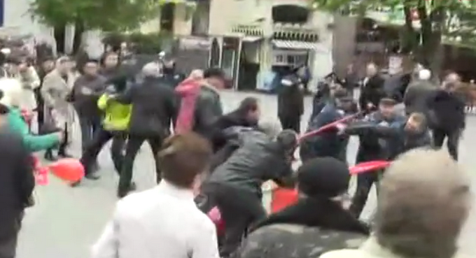 На первомайском митинге в Виннице националисты устроили потасовку: появились фото (2)