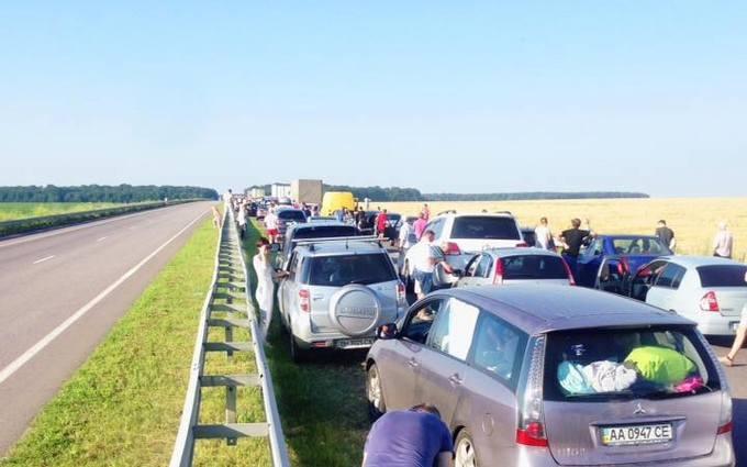 Трасу Київ-Одеса паралізувала величезна пробка: з'явилися вражаючі фото