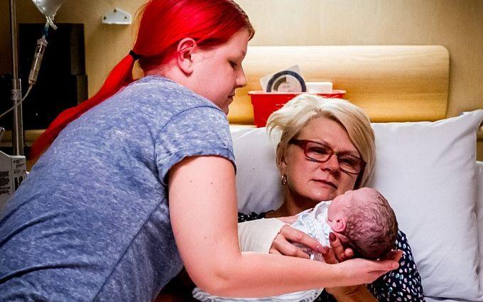 Женщина родила собственного внука, чтобы сделать дочь счастливой: опубликованы фото