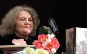 Порошенко поздравил с днем рождения знаменитую поэтессу: появилось видео