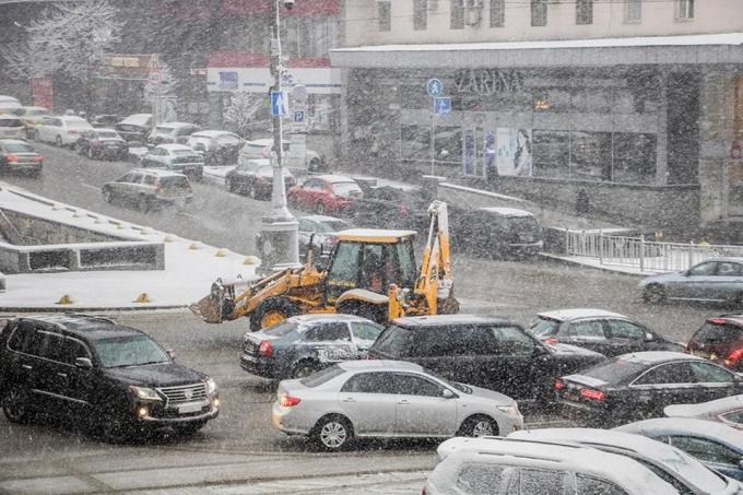 Киев накрыл мощный снегопад: появились фото и видео (2)