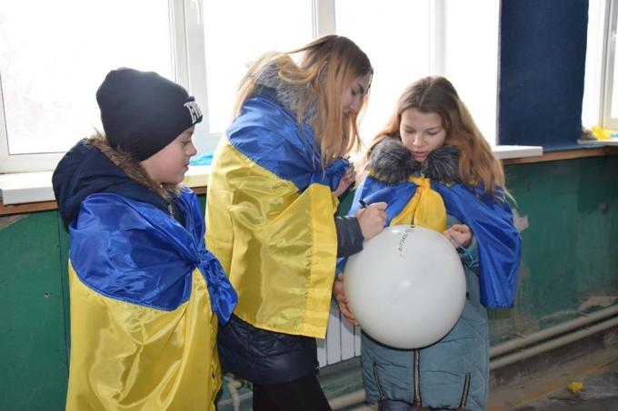 В День Соборности в оккупированный Луганск отправили украинский флаг: опубликованы яркие фото и видео (4)
