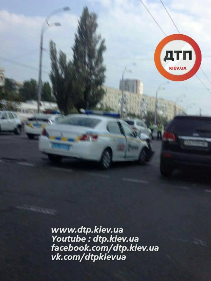 У Києві сталася масштабна ДТП з авто патрульних: з'явилися фото (1)