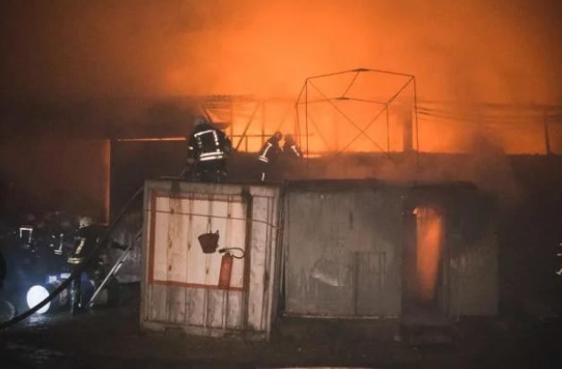 В Киеве вспыхнул пожар на складах - жуткие фото и видео (2)