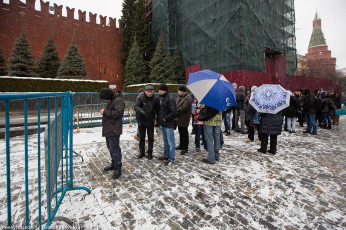 В Москве с цветами и слезами на глазах поминали Сталина: опубликованы фото (1)