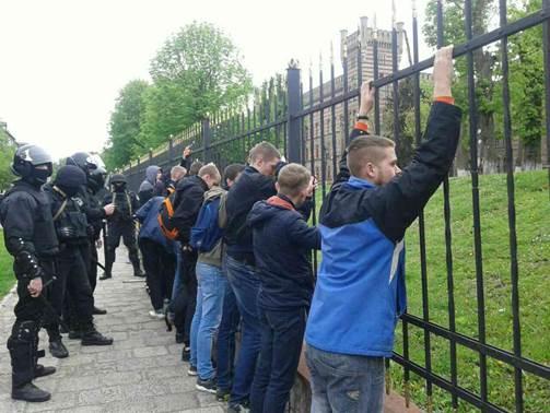 Во Львове полиция не дала разгореться массовой драке: опубликовано фото (2)