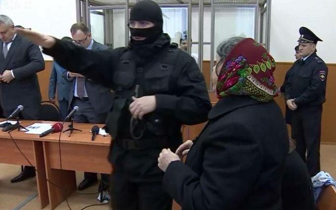 Адвоката Савченко повеселил зигующий пристав в суде: опубликовано фото