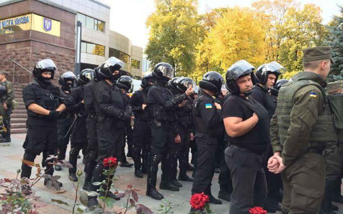 Справа про вбивство київських міліціонерів: під будинком суда сутички, з'явилися фото і відео