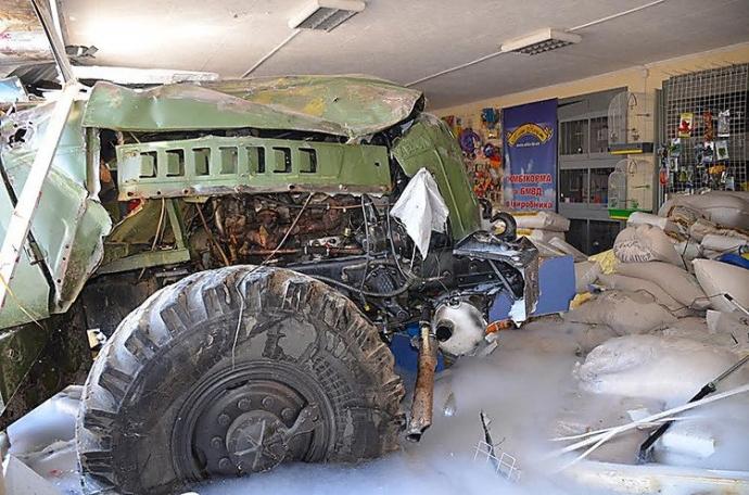 В Николаеве произошло смертельное ДТП с военным бензовозом: появились фото и видео (10)