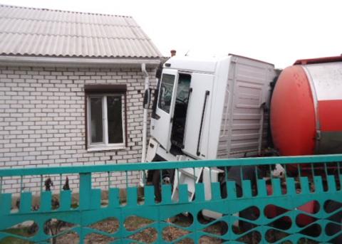 Вантажівка з цистерною в'їхав у житловий будинок в Кременчуці (5 фото)