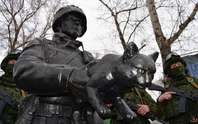 В сети резко высмеяли путинского солдата с котом