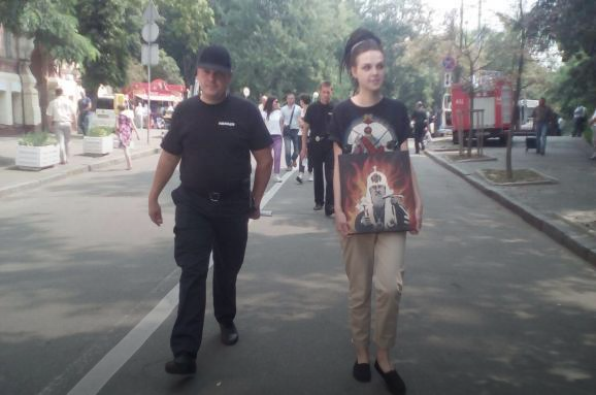 Поліція відігнала від хресної ходи дівчат із жорсткою картиною: з'явилося фото (1)