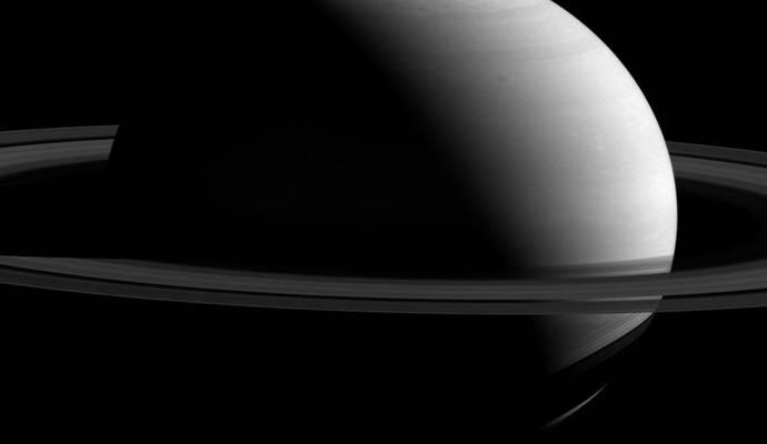 NASA опубликовало новый снимок Сатурна и его спутника Дионы