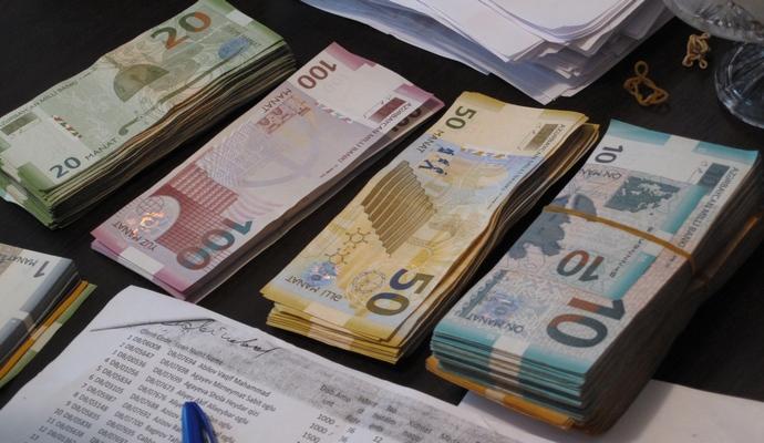 В Азербайджане хотят ввести ограничения на вывоз валюты