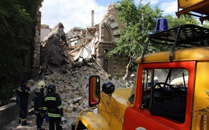 В Одесі обвалився пам'ятник архітектури, під завалами шукають людей: з'явилися фото і відео