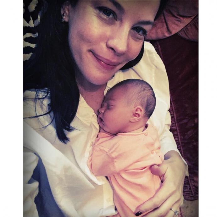 Голлівудська актриса поділилася зворушливим фото з новонародженою донькою (1)