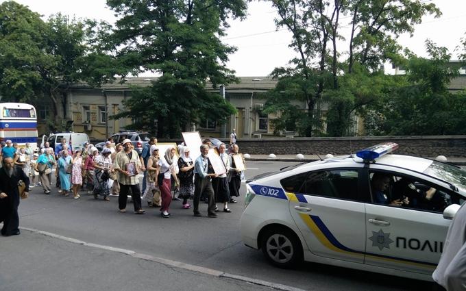 У центрі Києва тролят учасників хресної ходи: з'явилися фото, відео та подробиці