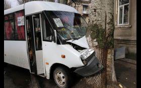 На Донбасі сталася масштабна ДТП з маршруткою: опубліковані фото