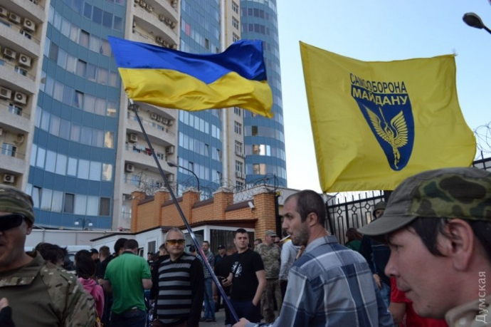 В Одесі до російського консульства принесли шибениці та гній: опубліковані фото і відео (1)